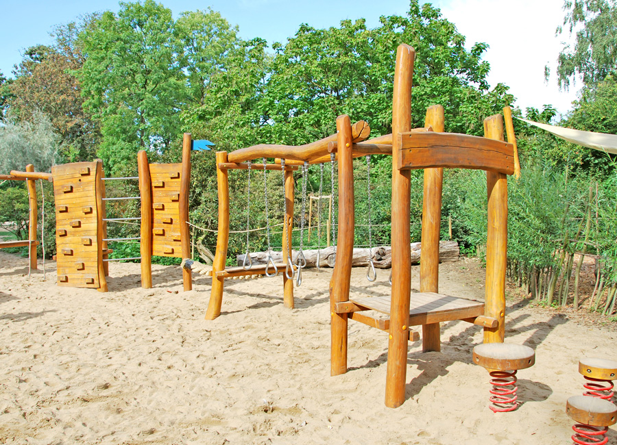 low rope course with climbing wall ziegler spielpl tze. Black Bedroom Furniture Sets. Home Design Ideas