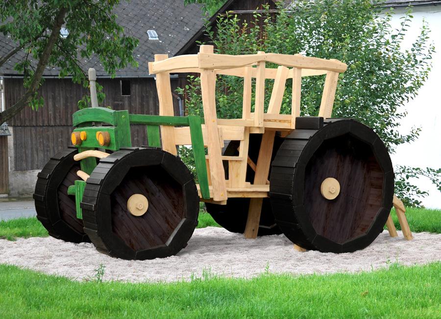 Klettergerüst Traktor : Klettergerüst traktor: emsige paten auf dem spielplatz.